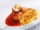 Рецепта Печени пилешки руладини от филе, пълнени с варени яйца, морков и кисели краставички върху картофено пюре